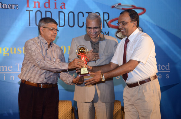 Dr. Tomar receiving global healthcare excellence award-2013