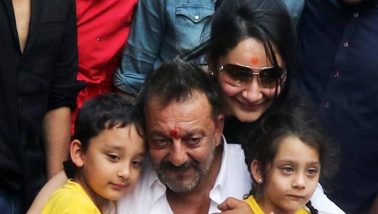 Sanjay Dutt reuniting with family (Photo: Facebook)