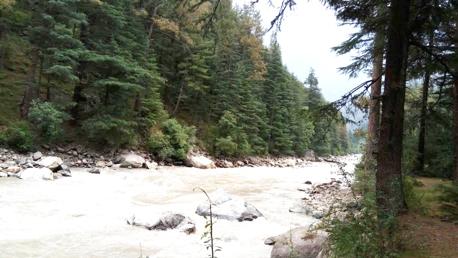 A view of river Parvati flowing across the valley.